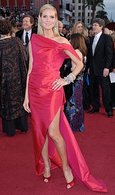 Модель Хайди Клум в платье RM by Roland Mouret, украшениях от Lorraine Schwarz.